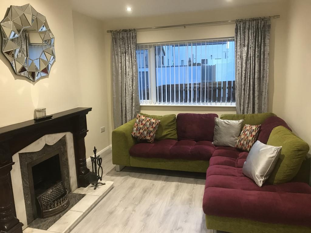 8 Queenora Avenue - living room