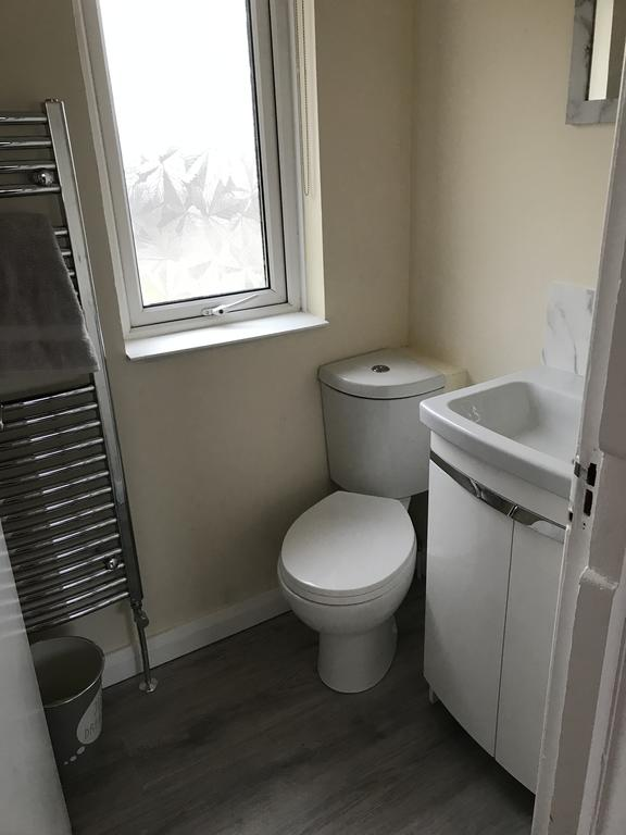 8 Queenora Avenue - toilet