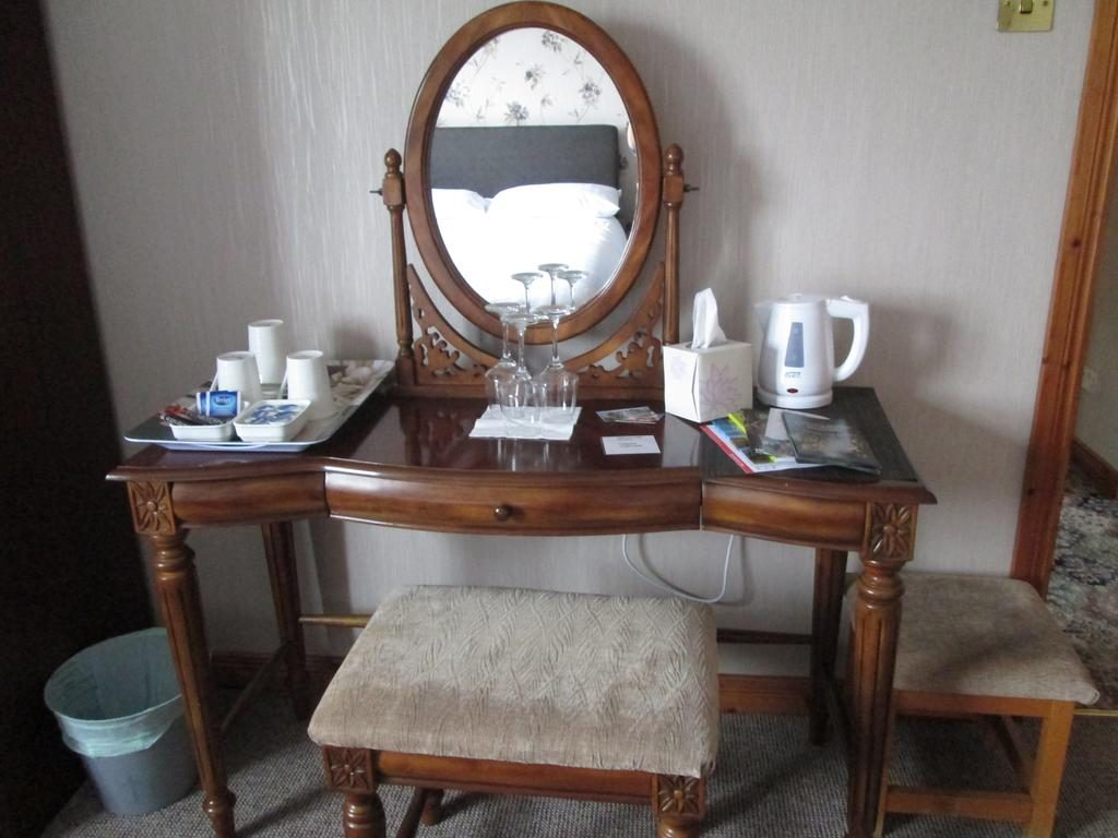 Ballyhemlin B&B desk with mirror