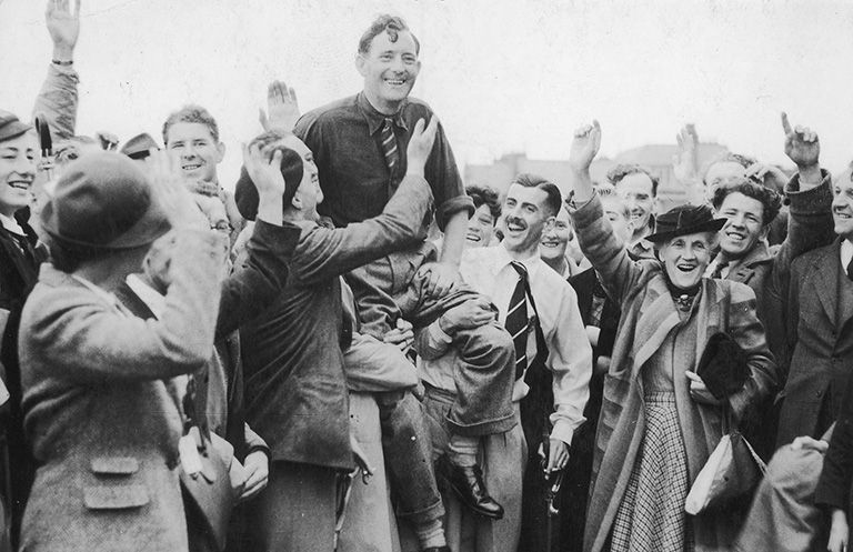 Fred-Daly-on-the-shoulders-of-supporter-as-he-won-the-1947-Open